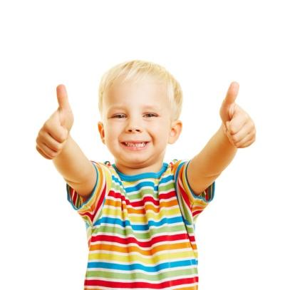 Glückliches Kind hält Daumen hoch